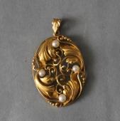 Håndsmedet guldvedhæng med perler